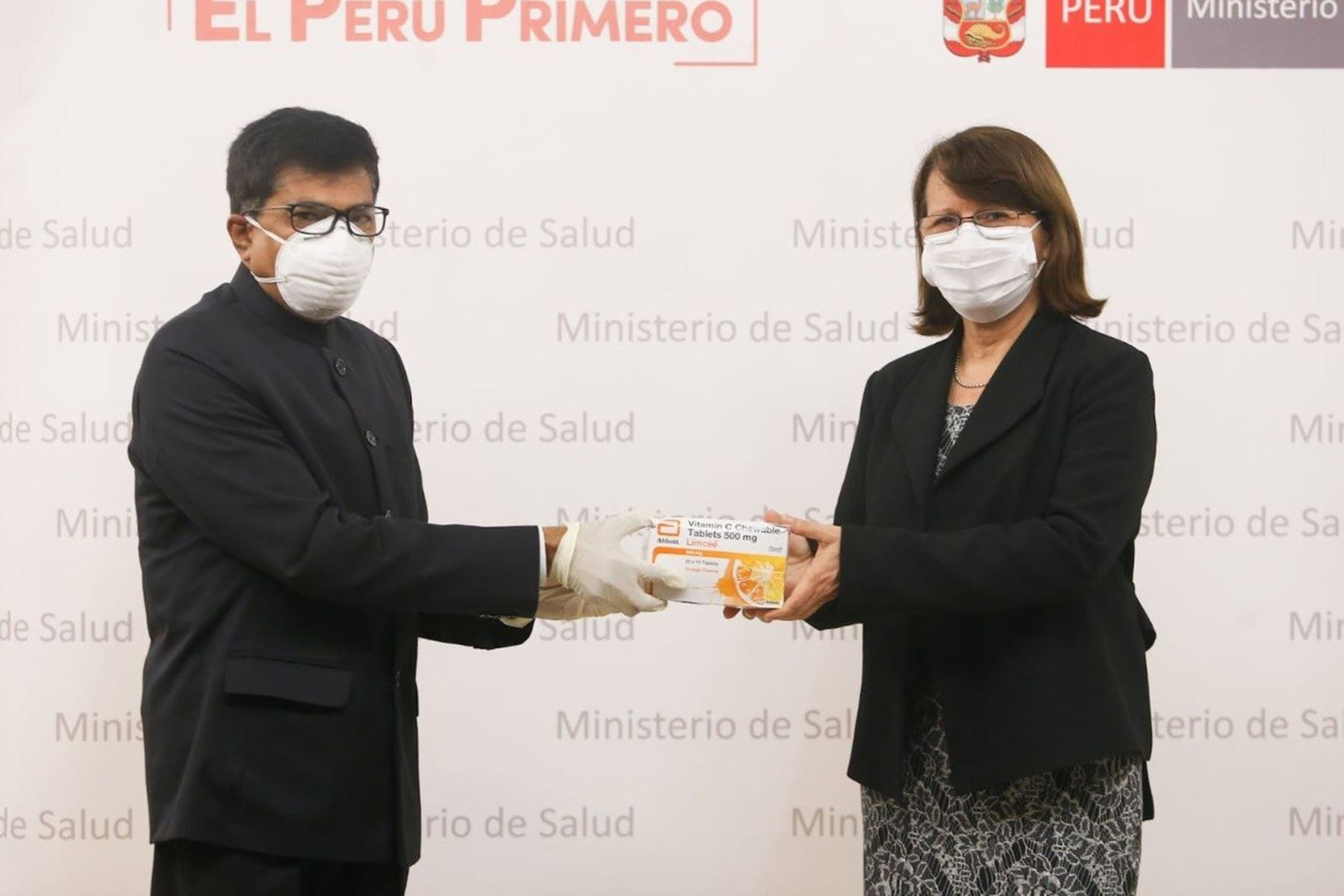 La ministra de Salud ,Pilar Mazzetti sostuvo una reunión con el embajador de la India en el Perú, Mandarapu Subbarayudu. Ambos participaron en la entrega de más de 1 400 000 medicamentos y equipos de protección donados por el país asiático para fortalecer la lucha contra el covid -19 en  Perú. Foto: Minsa