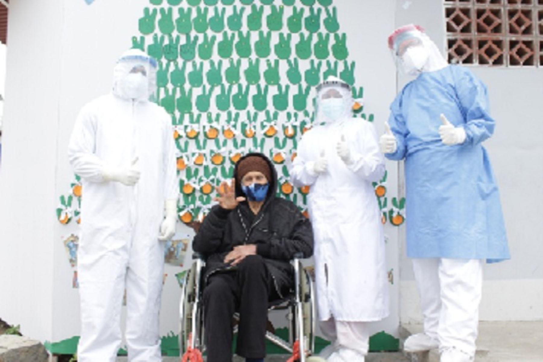 Los médicos Cubanos Alaín Crespo Rodríguez y Mario Almeida Alfonso estuvieron a cargo de la atención del paciente. Destacaron su fortaleza y deseo de volver a reunirse con su familia.