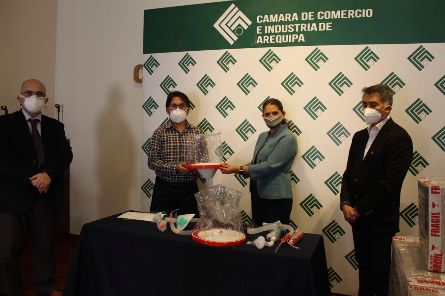 La CCIA donó 50 cascos de ventilación, de un total de 95, al hospital covid-19 como parte de la campaña