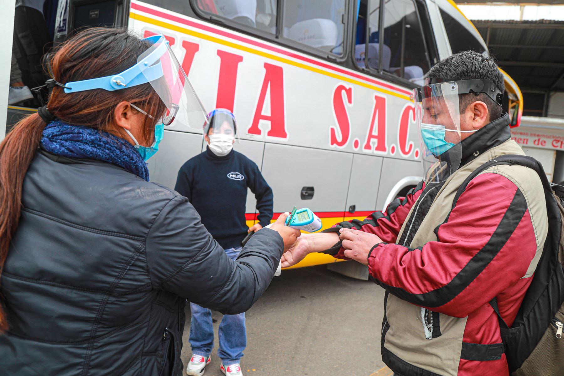 El transporte interprovincial terrestre y aéreo de pasajeros se reanudó desde esta semana en 22 provincias más donde se levantó la cuarentena, con lo cual ahora suman 138 las provincias del Perú donde se puede viajar dado que se logró controlar el impacto de la pandemia del covid-19. ANDINA/Difusión
