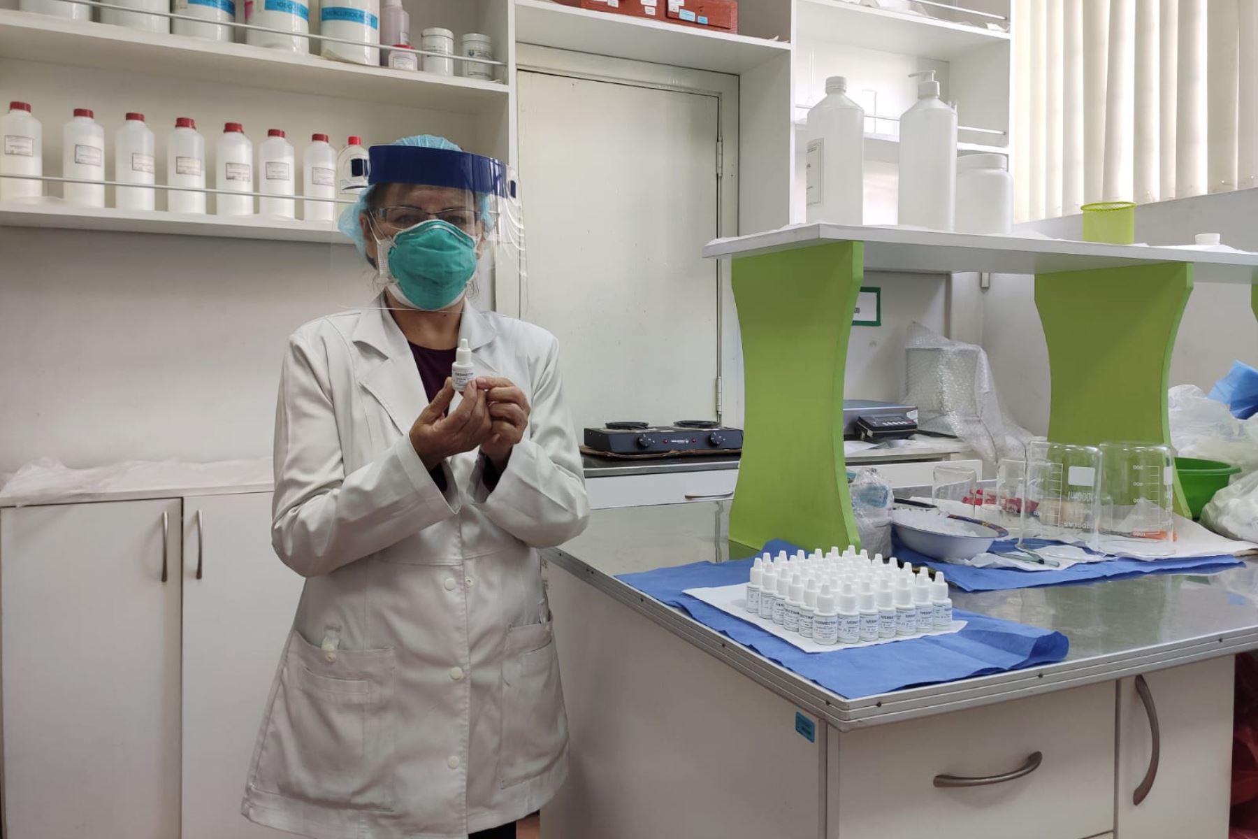 La químico farmacéutica María Medina Garnica es la responsable del Área de Farmacotecnia del hospital covid-19 de Arequipa. Foto: ANDINA/Difusión