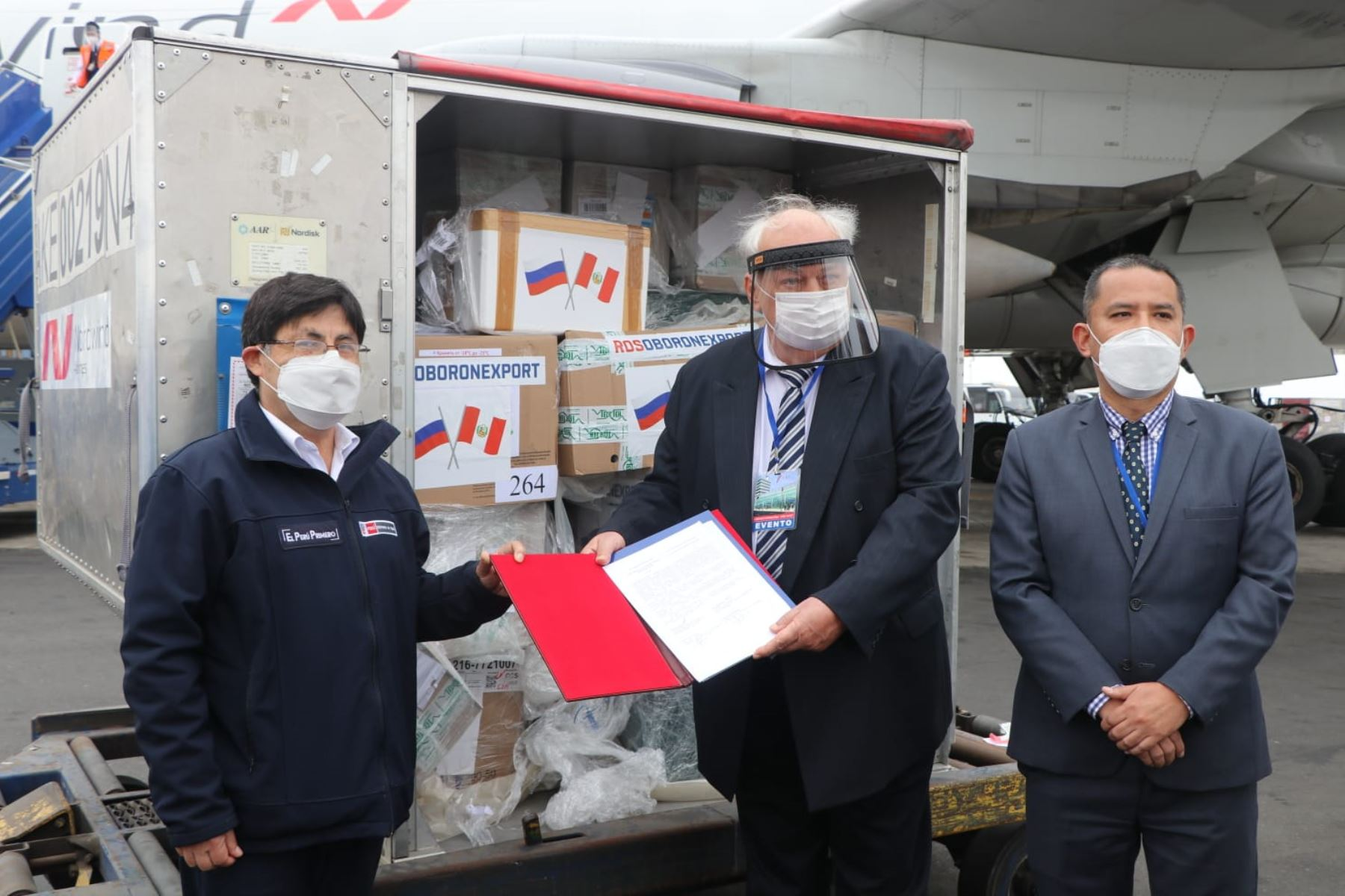 Ambassador of the Russian Federation to Peru Igor V. Romanchenko delivers 50,000 molecular diagnostic tests to the National Health Institute of Peru (INS). Photo: ANDINA/Difusión.
