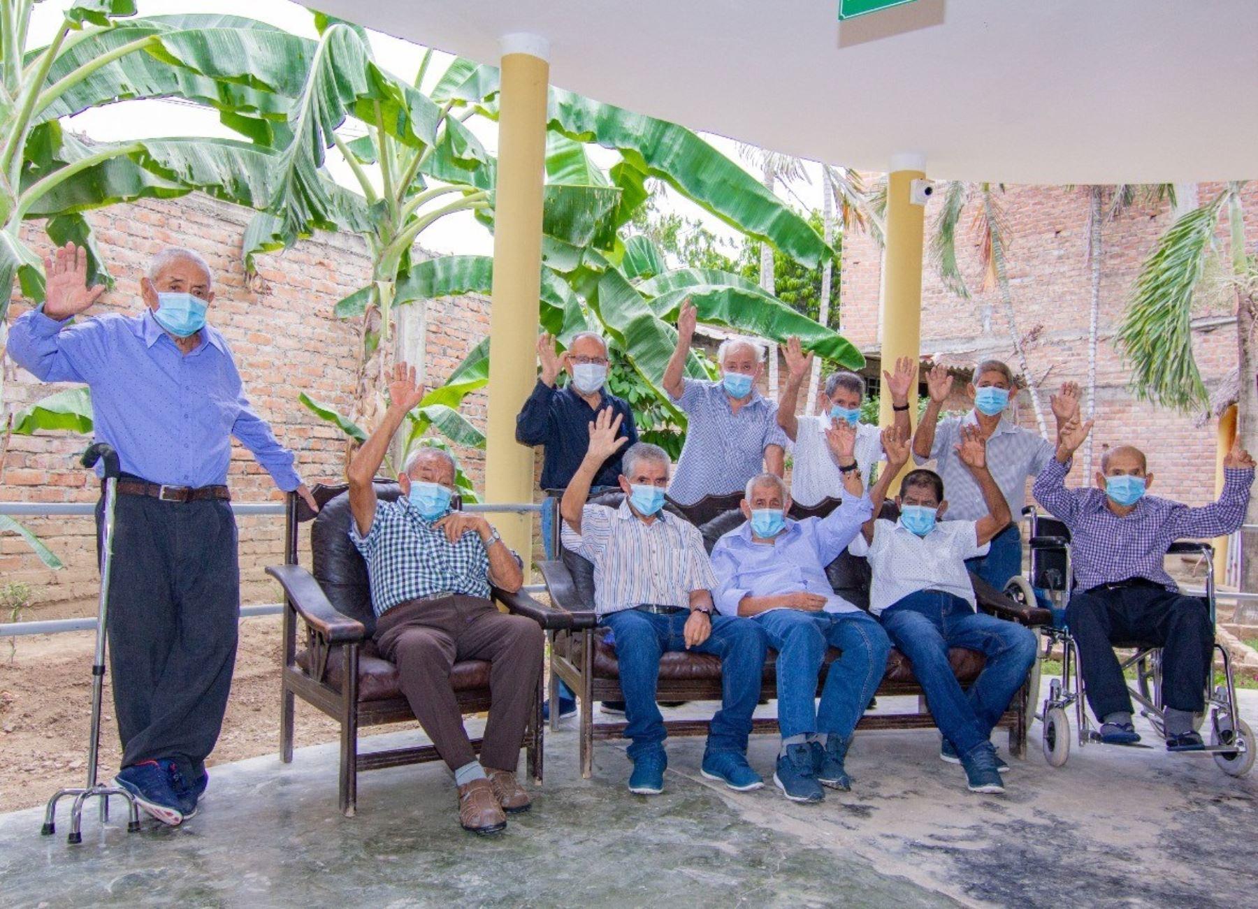 """Un grupo de 11 adultos mayores del Centro de Atención Residencial Gerontológico """"Señor de Huamantanga"""", ubicado en Jaén, Cajamarca, logró vencer al coronavirus (covid-19), destacó el Ministerio de la Mujer."""