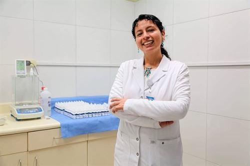 Lucy Cabrera Palomino es químico-farmacéutica en el Hospital de Emergencias de Villa El Salvador (HEVES) y es la responsable del área de Farmacotecnia, en donde se elaboran las dosis individualizadas de medicamentos, de acuerdo con lo que se les prescriba a los pacientes (neonatos, niños, adultos, adultos mayores) pues los productos que ofrecen los laboratorios farmacéuticos son estandarizados.