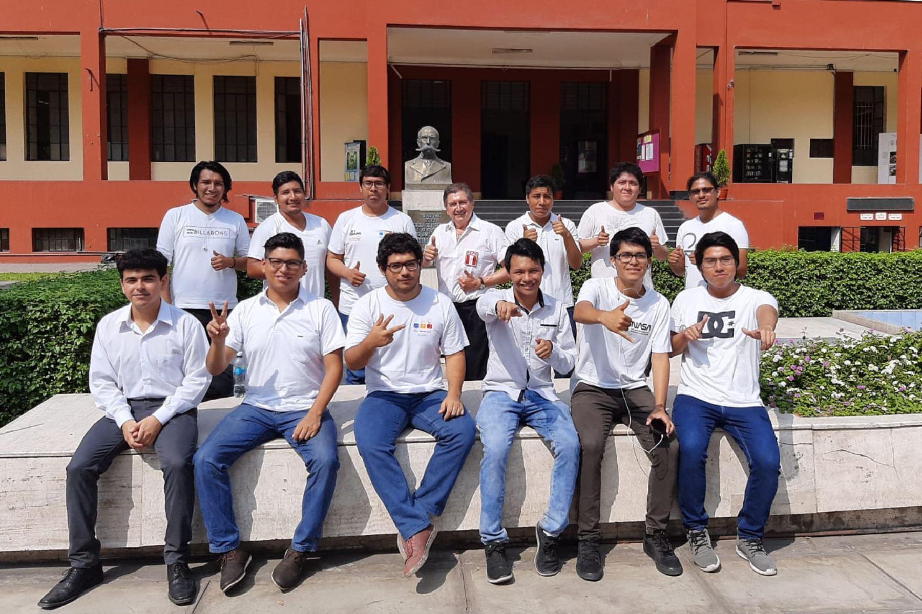 El ingeniero y docente Manuel Luque Casanave rodeado de los estudiantes que formaron parte del proyecto ganador. Foto: UNI