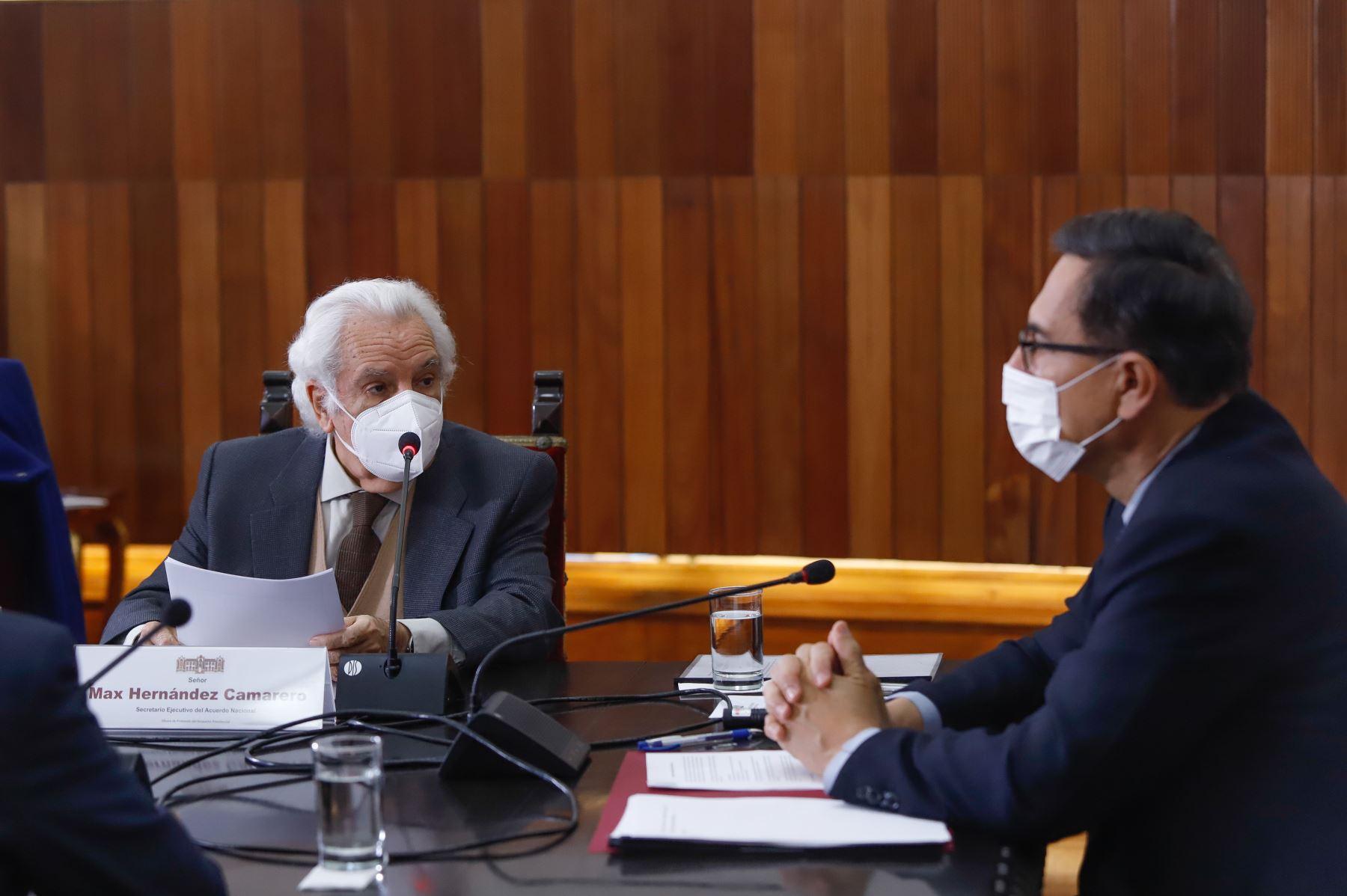Presidente Martín Vizcarra y el secretario ejecutivo del Acuerdo Nacional, Max Hernandez. Foto: ANDINA/Prensa Presidencia