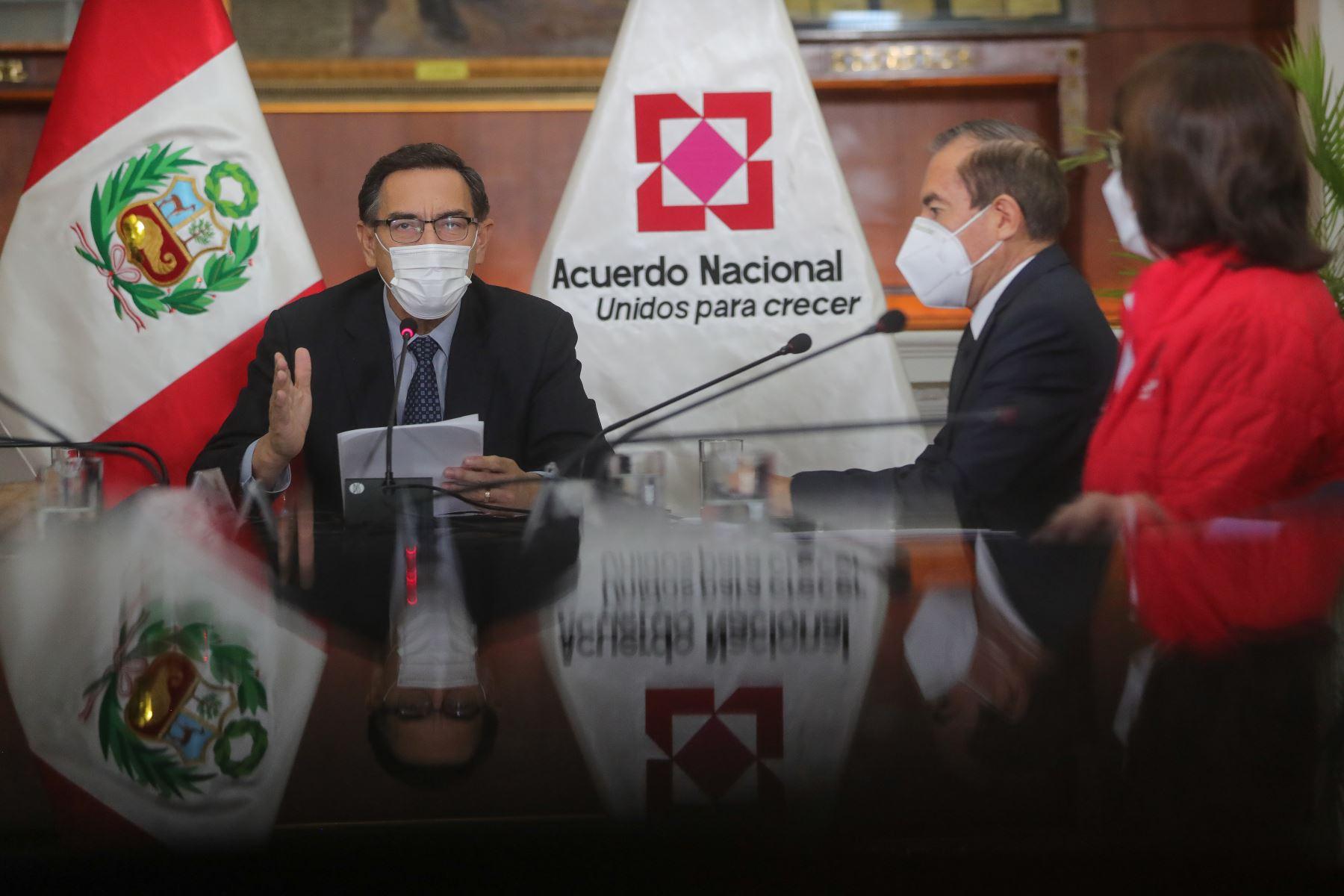 El presidente Martin Vizcarra y premier Walter Martos participan en reunión donde se expondrán las propuestas del Pacto Perú. Foto: ANDINA/Prensa Presidencia