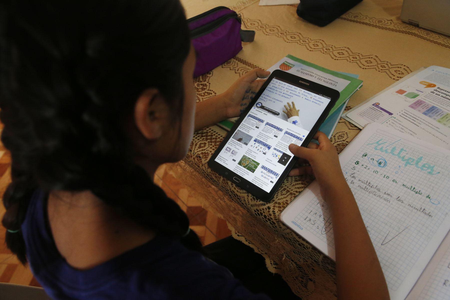 Estos equipos electrónicos forman parte de la estrategia de cierre de brecha digital y están destinados a escolares que cursen desde cuarto de primaria hasta quinto de secundaria. Foto: ANDINA/Minedu