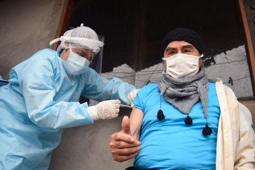 Minsa vacunó contra la influenza y neumococo a adultos mayores en Santa Anita.Foto:ANDINA/Minsa