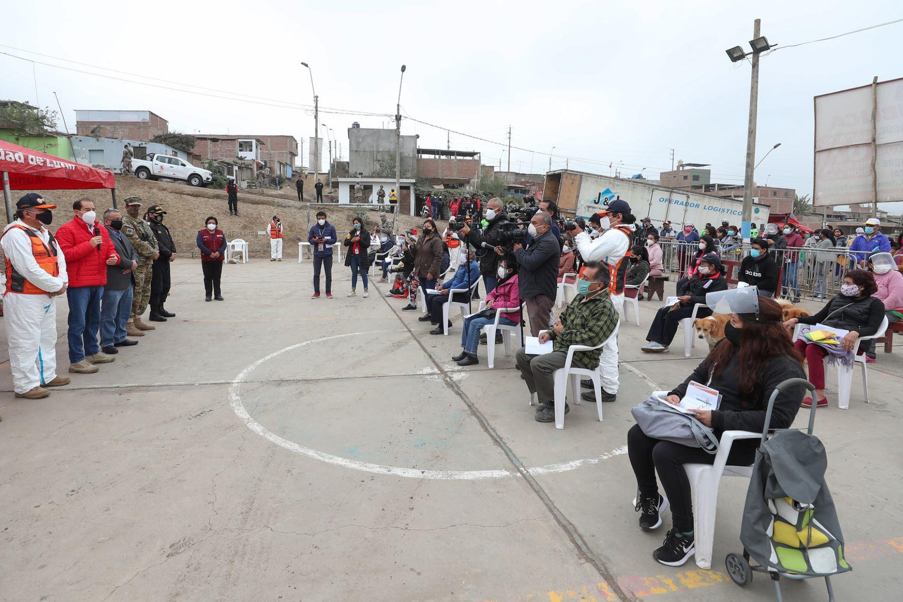 El presidente del Consejo de Ministros, Walter Martos, supervisa la entrega de canastas de víveres a familias en situación de vulnerabilidad del distrito de Lurín en el contexto de la emergencia sanitaria por el covid-19. Foto: PCM.