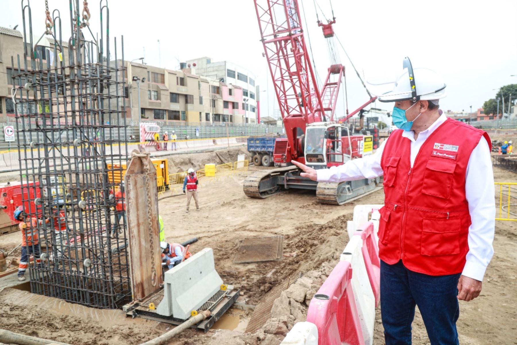 MInistro de Transportes y Comunicaciones, Carlos Estremadoyro, inspecciona obras de la Línea 2 del Metro de Lima. Foto: Cortesía.