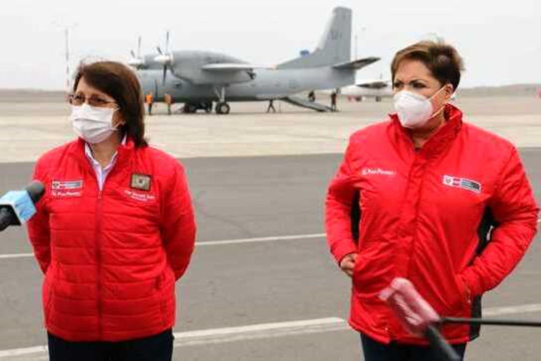 """En epidemiología, las cifras pueden cambiar en cualquier momento"""", subrayó en el Grupo Aéreo 8 antes de partir hacia Tacna. Foto: Minsa."""