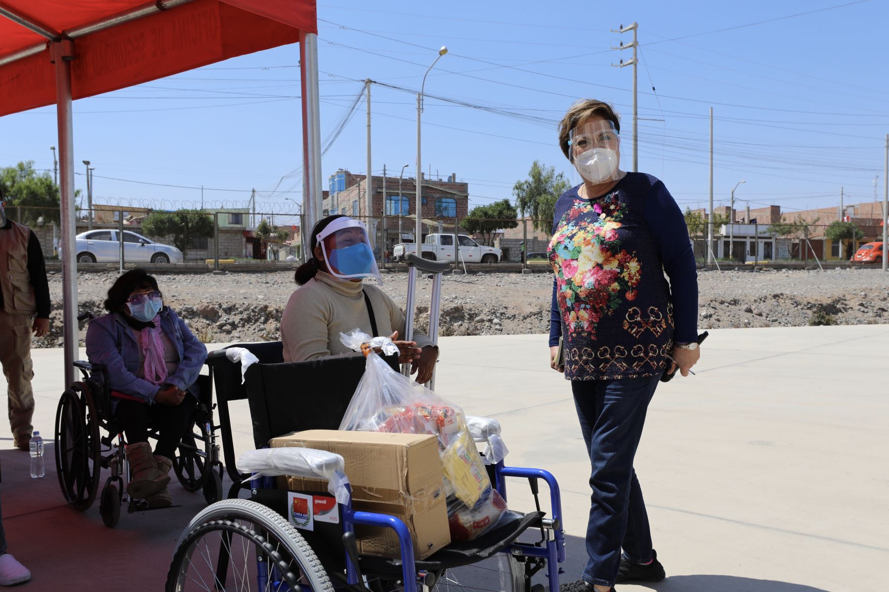 La ministra de la Mujer y Poblaciones Vulnerables, Rosario Sasieta, se reunió en la región Tacna con los coordinadores del programa Aurora, Conadis y otros servicios que brinda dicho portafolio, y entregó sillas de ruedas a las personas con discapacidad en situación de pobreza y pobreza extrema en la región Tacna. Foto: ANDINA/difusión.