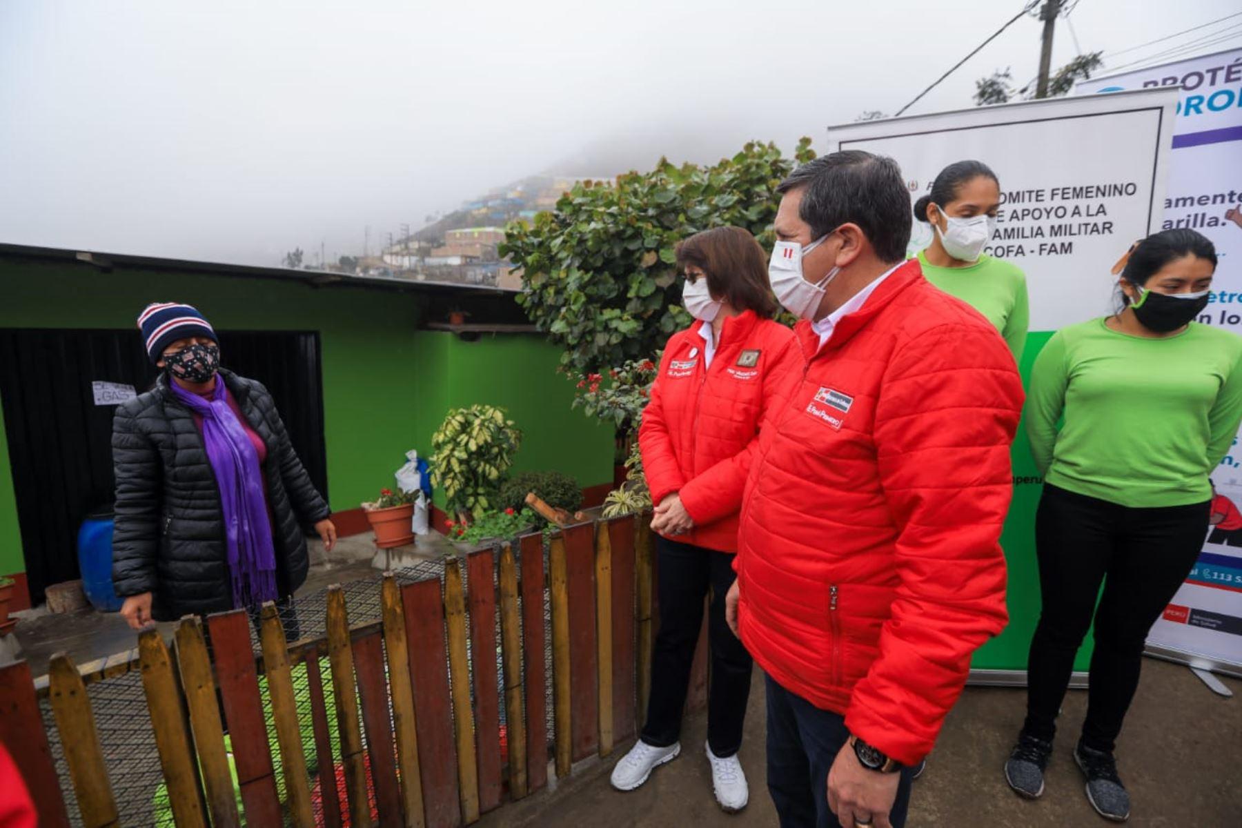 Ministro de Defensa, Jorge Chávez, y titular de Salud, Pilar Mazzetti, durante acción cívica en San Juan de Miraflores. Foto: ANDINA/difusión.