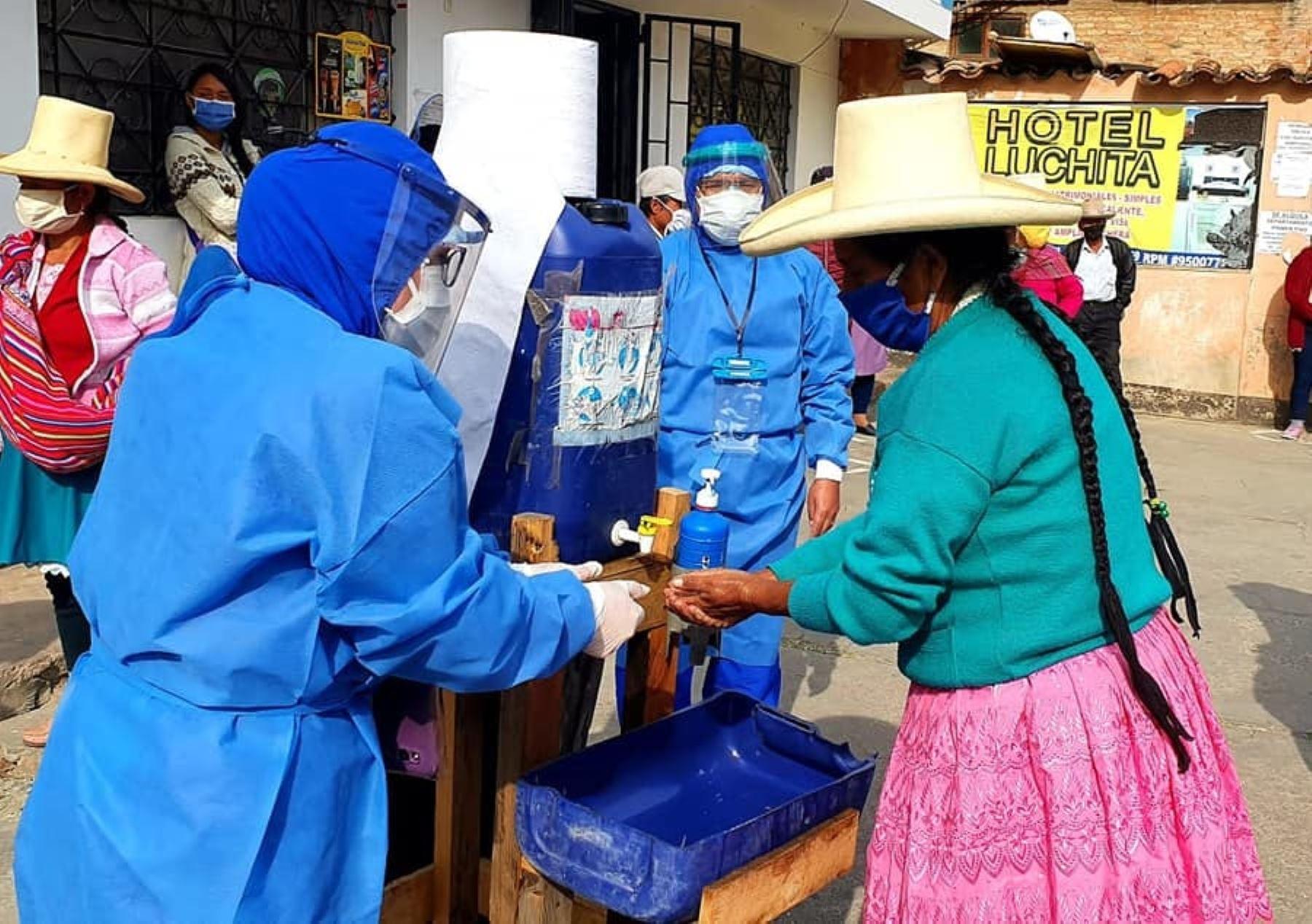 Personal de salud de Áncash dictó charlas en quechua a adultos mayores para instruirlos en el lavado de manos y otras medidas de prevención para evitar el contagio del coronavirus. ANDINA/Difusión