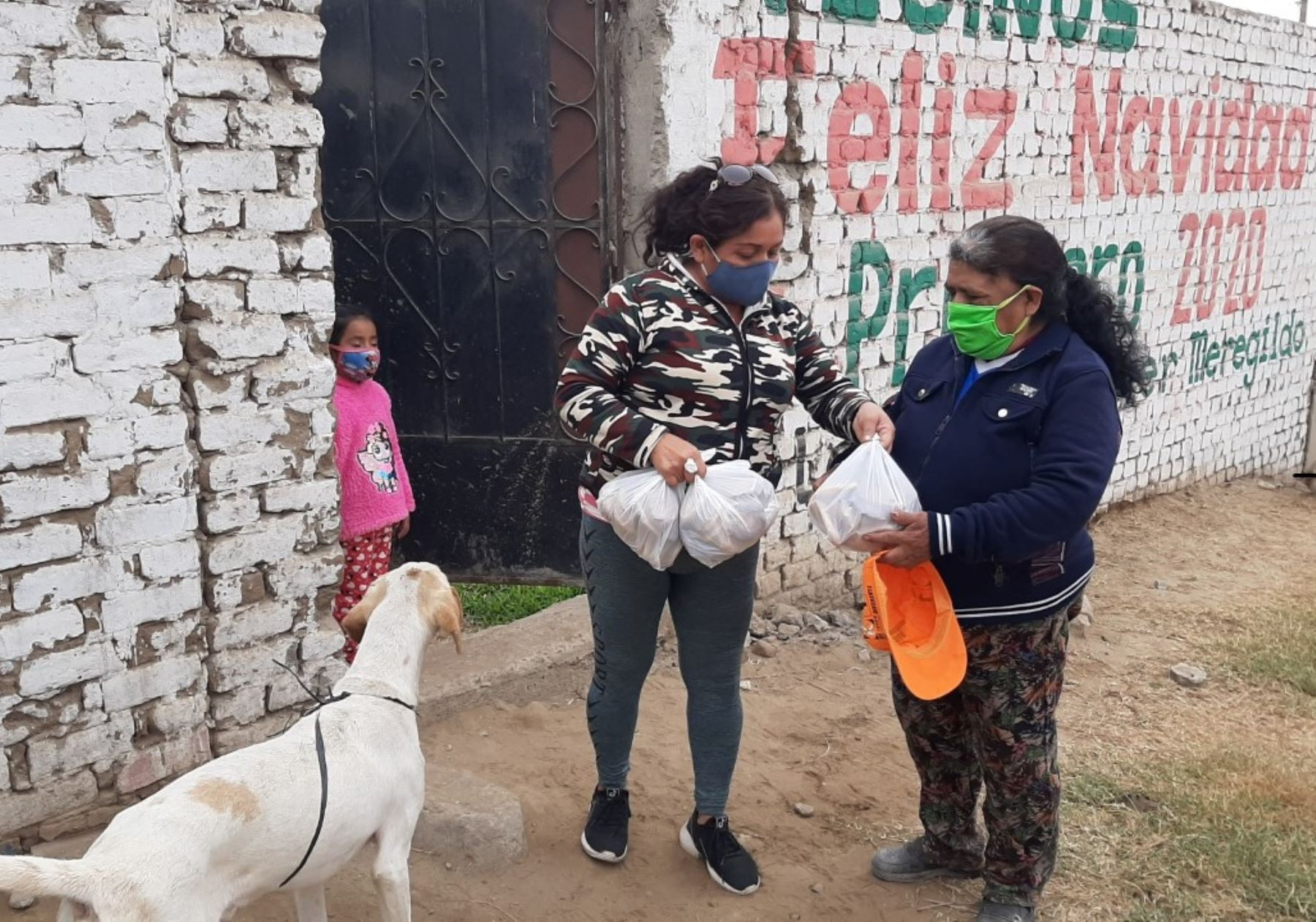 Jorge Luis Venegas Minchola lidera el grupo solidario que regala pan y protectores faciales a familias vulnerables de Trujillo afectadas por la pandemia de coronavirus (covid-19). Foto: Luis Puell