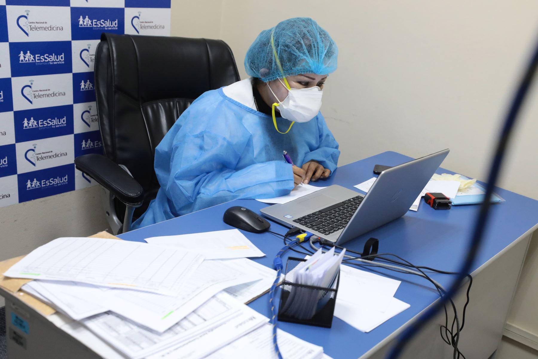 Gracias a la telemedicina se le hace un triaje virtual, con énfasis en personas con comorbilidades y/o sintomatología respiratoria marcada. Foto: Essalud