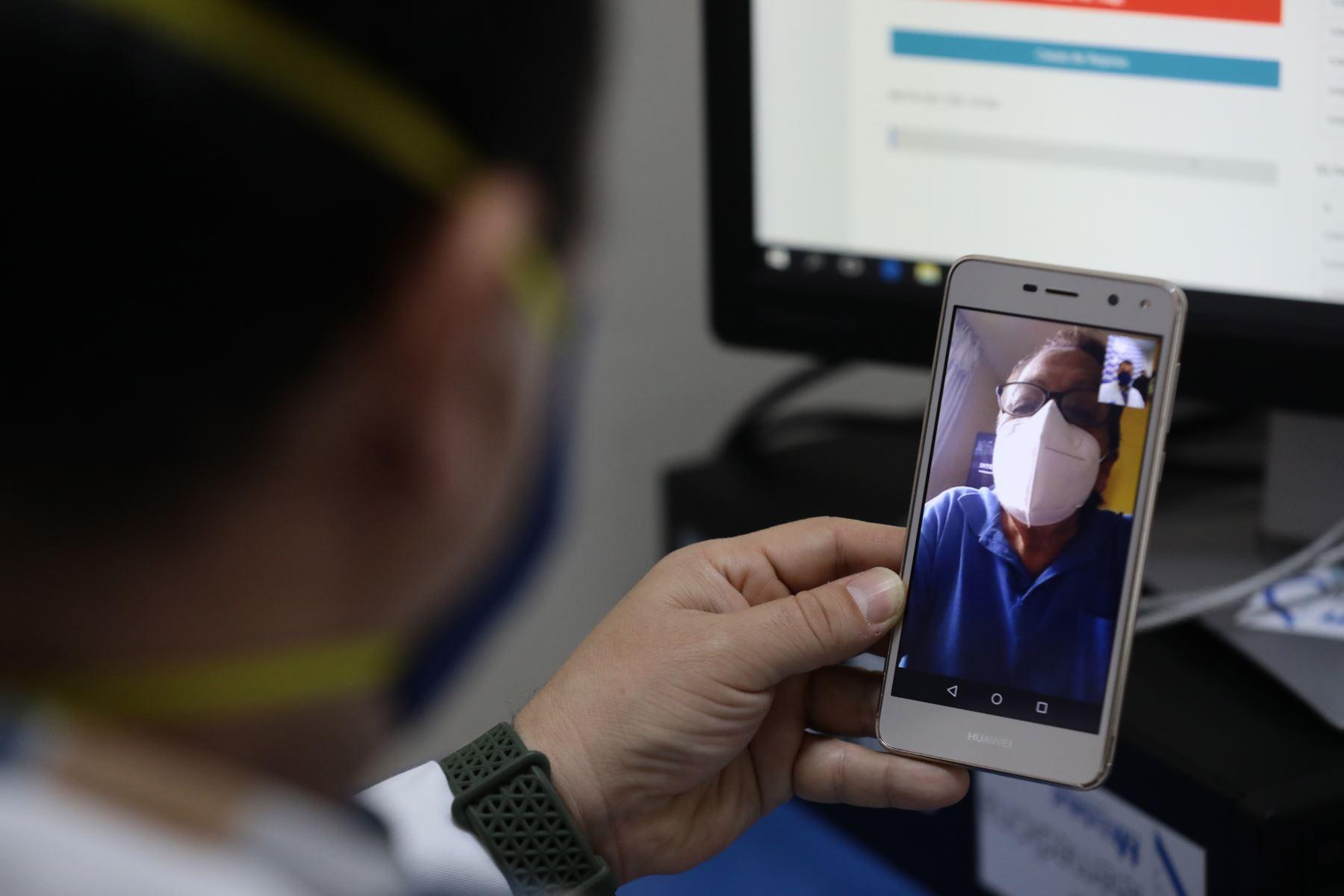 Essalud usa la telemedicina para monitorear recuperación de pacientes Covid-19 en sus domicilios. Foto: Essalud