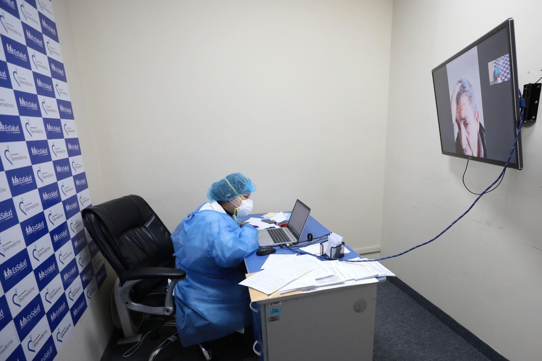 El personal médico realiza el monitoreo al paciente con resultado confirmado o sospecha de covid-19, a través del aplicativo de WhatsApp. Foto: Essalud