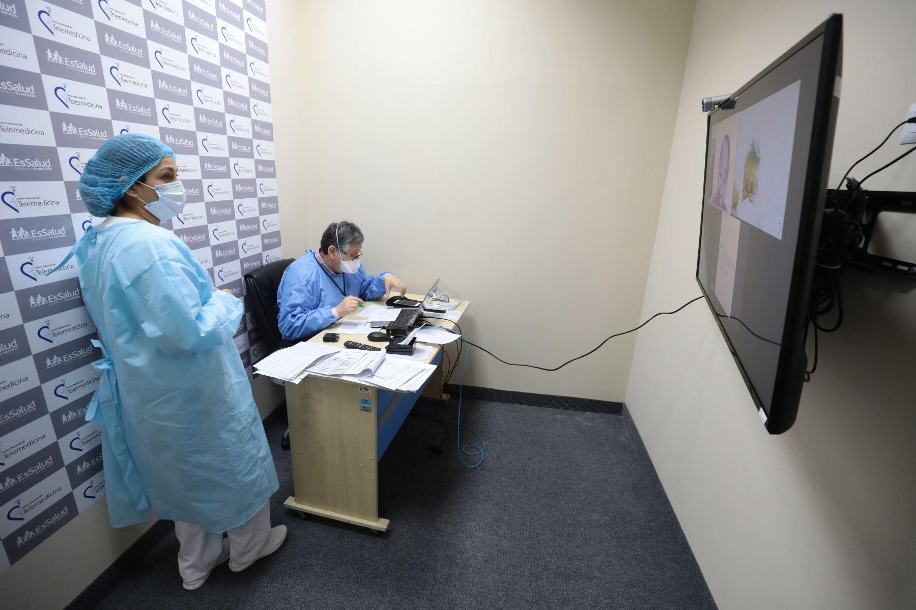 A través del uso de las tecnologías de la información y comunicación, se garantiza la atención de pacientes eliminando los riesgos de contagio del SARS-COV2 a los beneficiarios. Foto: Essalud