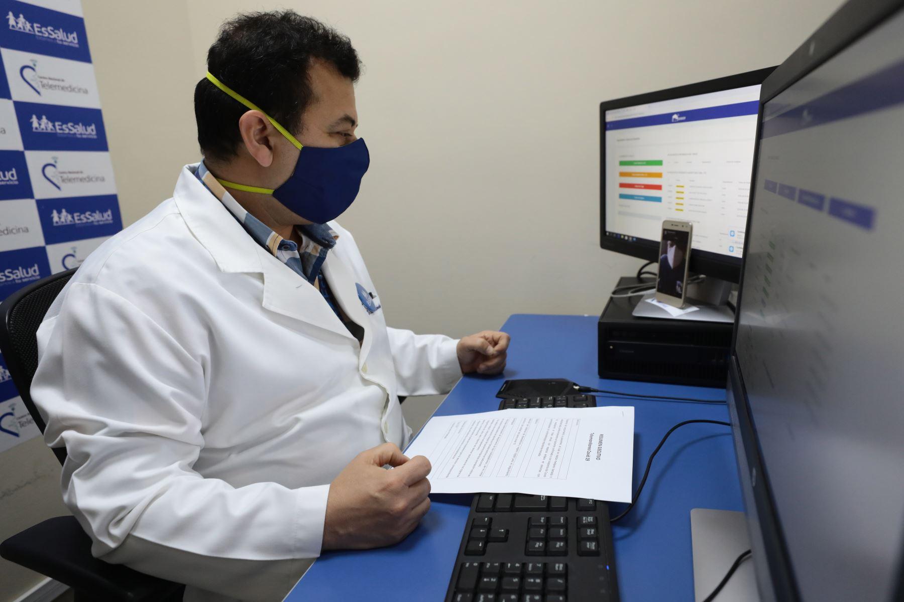 el doctor Sergio Machado Rosazza, director del Centro Nacional de Telemedicina (CENATE) de EsSalud, detalló que un 42% de pacientes monitoreados derrotaron la enfermedad y fueron dados de alta. Foto: Essalud