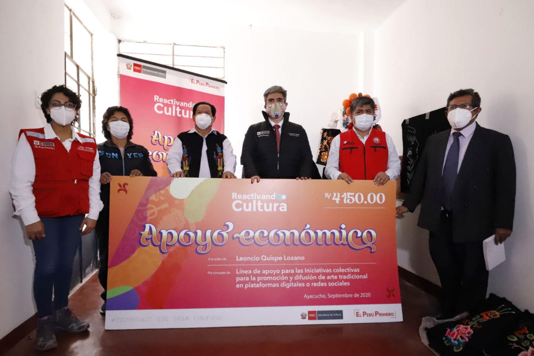 El ministro de Cultura, Alejandro Neyra, viajó a la región surandina de Ayacucho para entregar los primeros apoyos económicos no reembolsables. Foto: Ministerio de Cultura