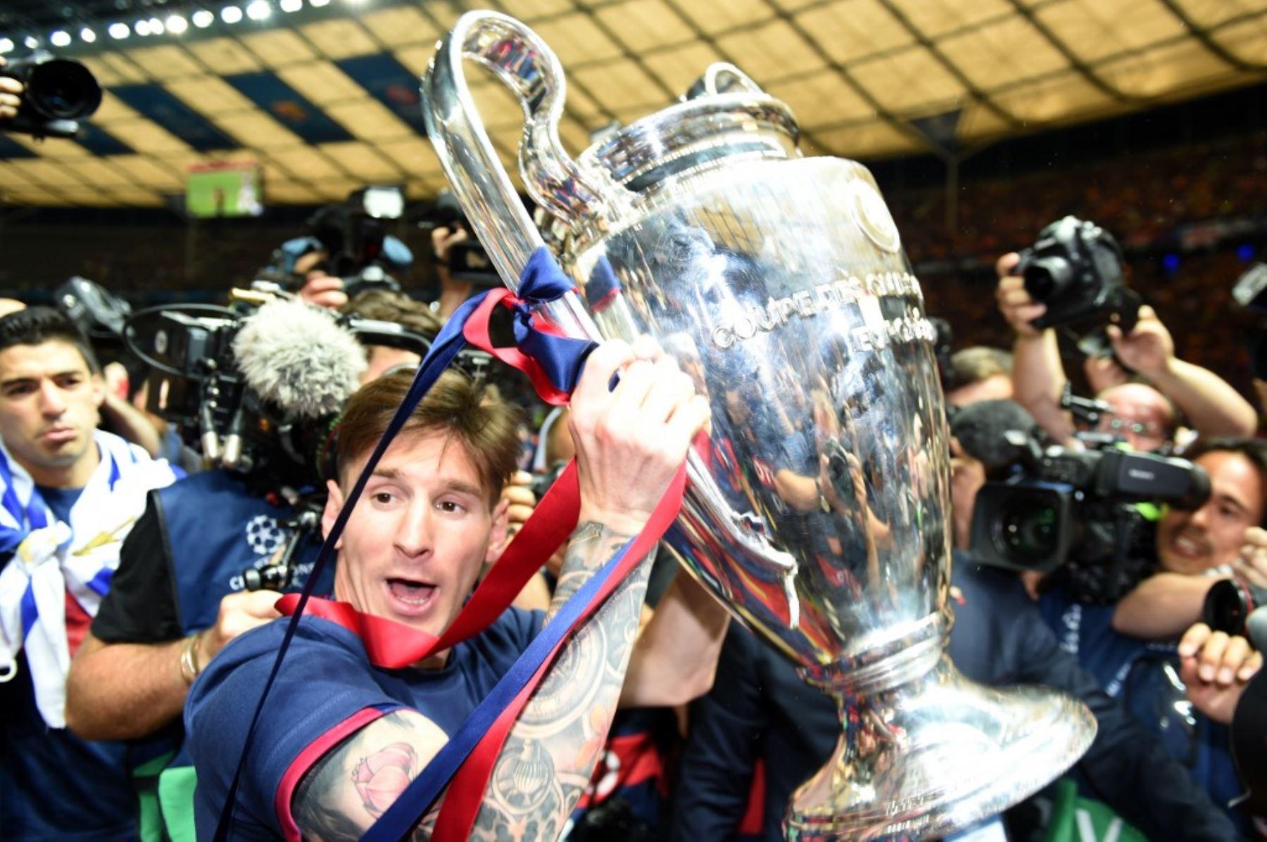 El delantero argentino del Barcelona Lionel Messi celebra con el trofeo tras la final de la UEFA Champions League entre la Juventus y el FC Barcelona en el Estadio Olímpico de Berlín el 6 de junio de 2015. El FC Barcelona ganó el partido 1-3. Foto: AFP