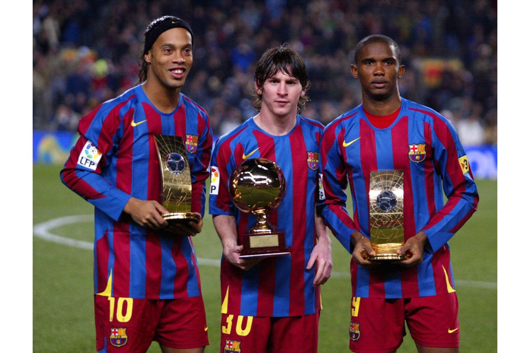 El brasileño Ronaldinho del FC Barcelona y Samuel Eto