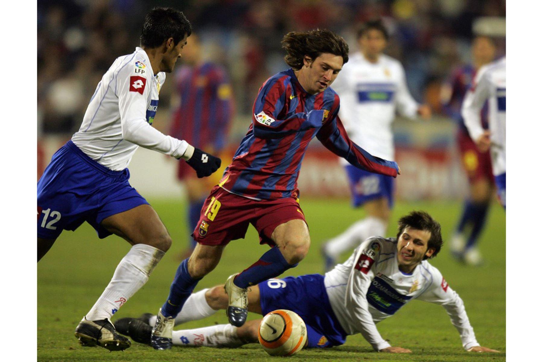 El argentino de Barcelona Lionel Messi compite con los zaragozanos Delio Toledo y Albert Celades durante su partido de fútbol de la Copa del Rey en el estadio Romareda de Zaragoza, el 26 de enero de 2006. Foto: AFP