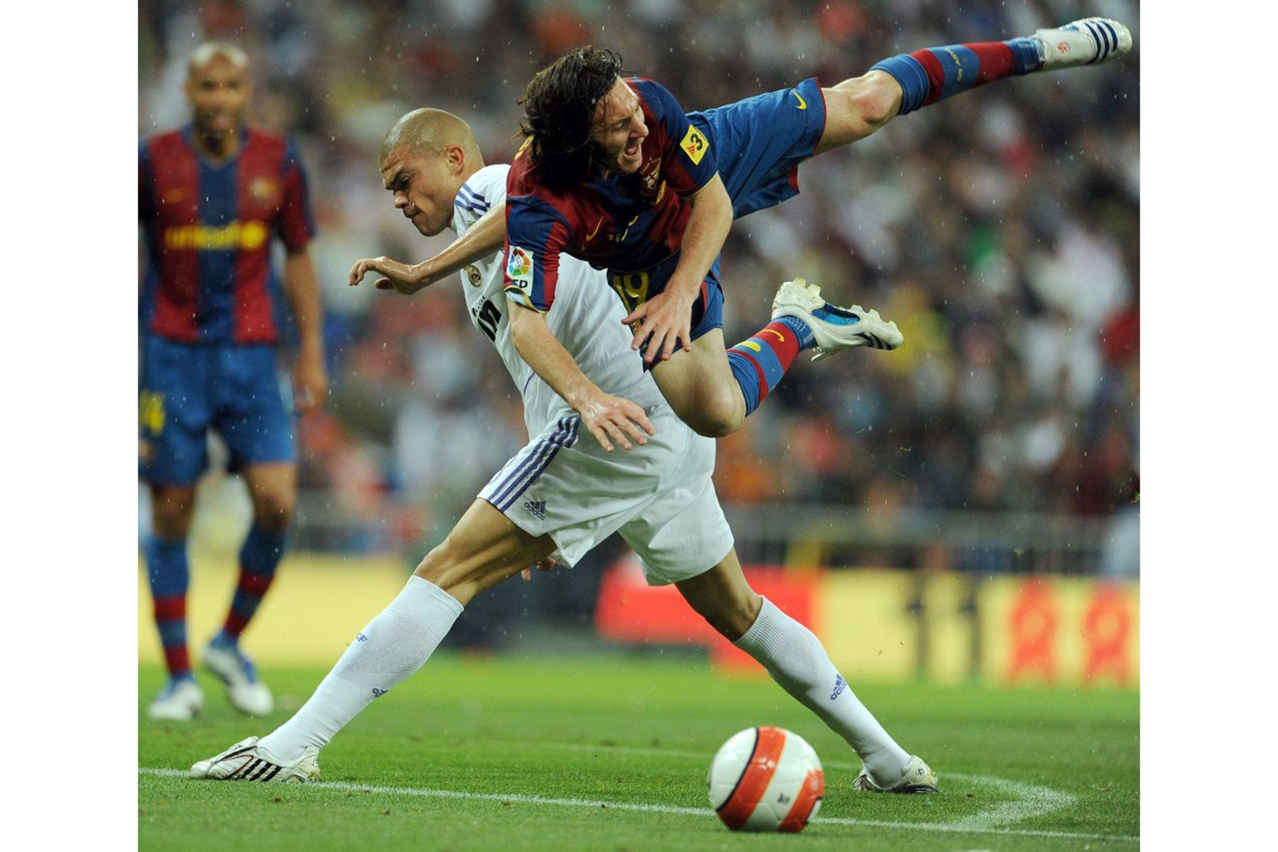 Lionel Messi (izq.) del Barcelona compite con Pepe (izq.) del Real Madrid durante un partido de fútbol de la liga española en el estadio Santiago Bernabeu el 7 de mayo de 2008. Foto: AFP