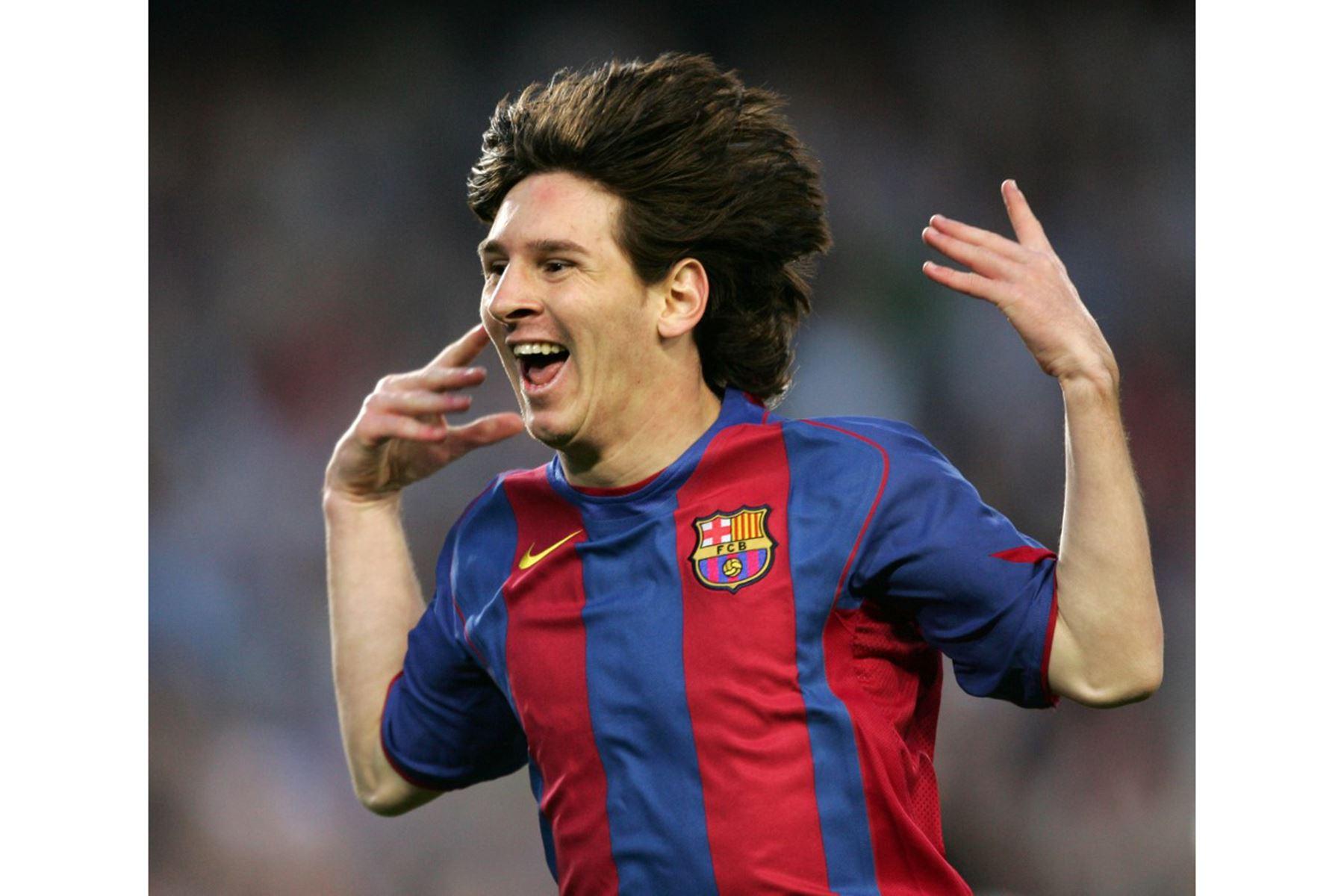Lionel Messi celebra su primer gol con la camiseta del Barcelona. El argentino anotó un gol en el partido contra el Albacete por Liga española en el estadio Camp Nou el 1 de mayo de 2005. El FC Barcelona ganó 2-0. Foto: AFP