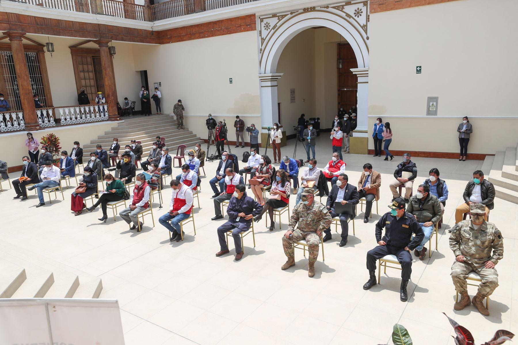 El presidente del Consejo de Ministros, Walter Martos, se encuentra en la región de La Libertad y lidera la reunión de coordinación con autoridades locales y congresistas del departamento de Trujillo. Foto:ANDINA/PCM
