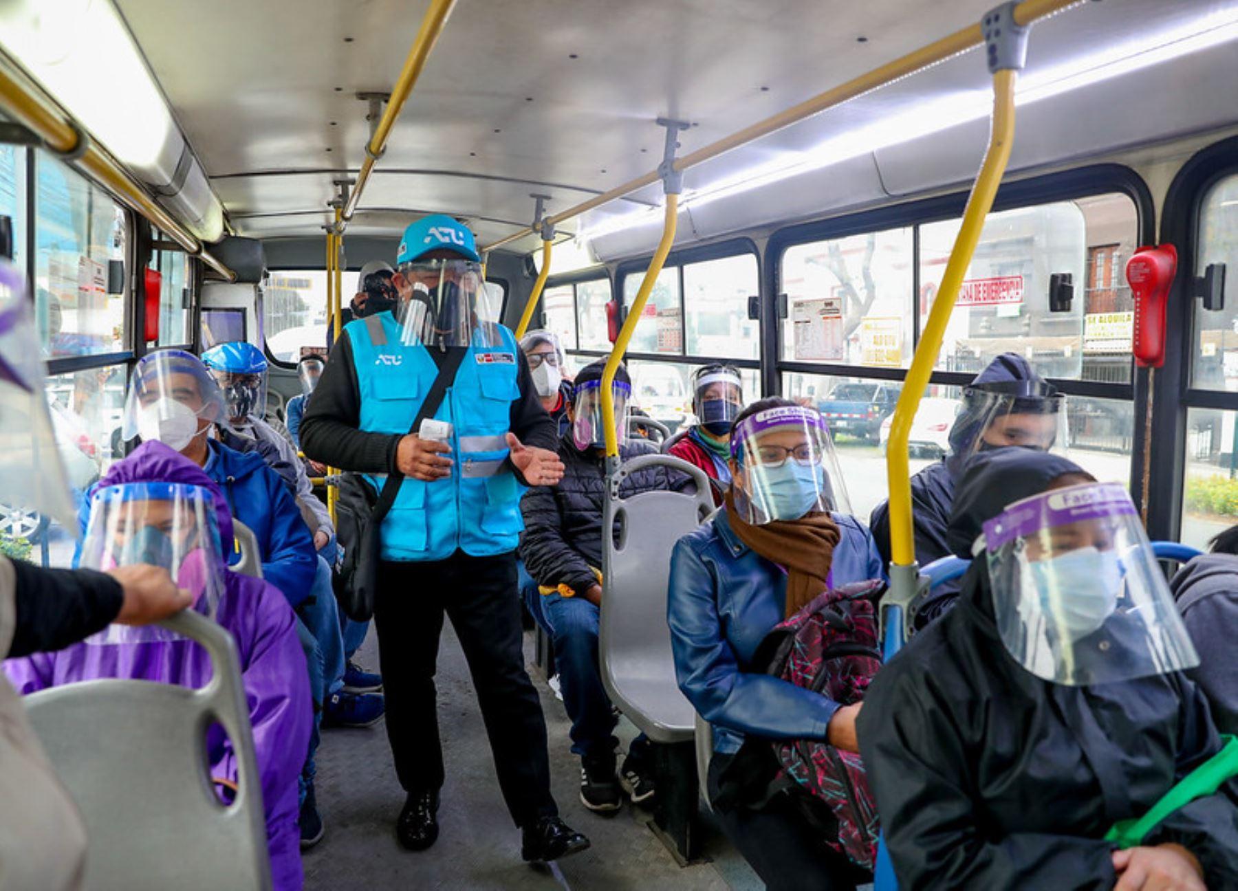 Un equipo de orientadores difundió recomendaciones sanitarias a pasajeros, conductores y ciclistas. Foto: Cortesía
