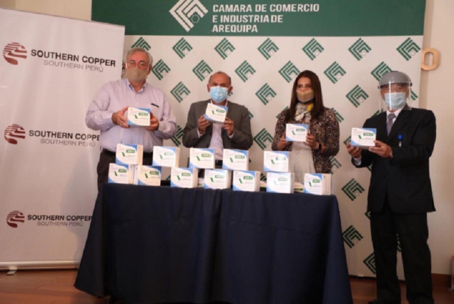 El Comando Operacional Covid-19 de Arequipa y la Gerencia Regional de Salud recibieron una donación de 25,000 pruebas rápidas de parte de la Cámara de Comercio e Industria de Arequipa (CCIA) y de la compañía Southern Peru, que contribuirán a mejorar el sistema de vigilancia sanitaria para enfrentar el virus. Foto: Rocío Méndez.
