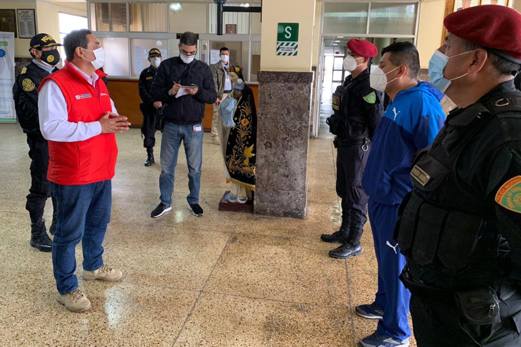 Ministro del Interior, Jorge Montoya brindó  reconocimiento a los tres policías que, en una acción heroica, arriesgaron su vida para rescatar a una familia durante un incendio en San Martín de Porres.  Foto: Mininter