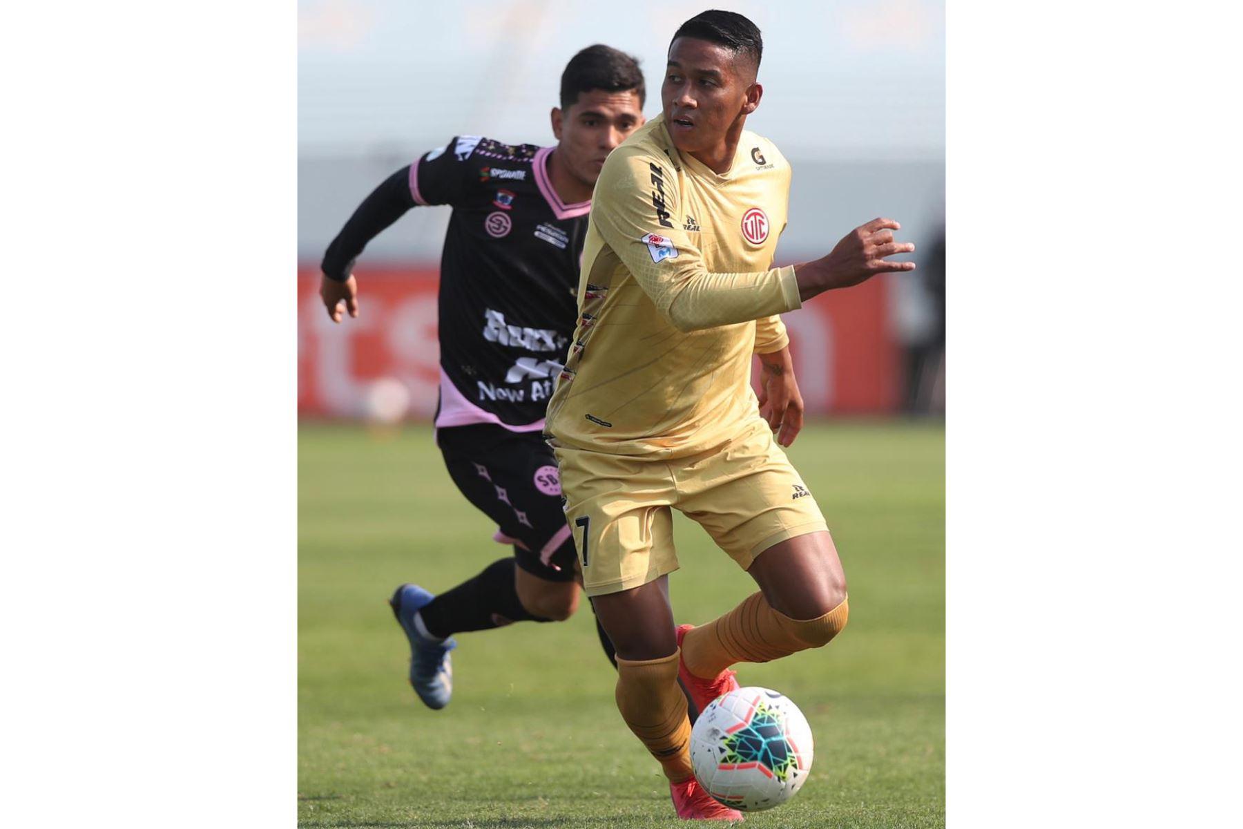 El futbolista J. Estrada del  Club UTC  domina el balón ante la marca de su rival de Sport Boys, por la jornada 10 de la Liga 1, en el estadio Alberto Gallardo.  Foto: LigaFutProf
