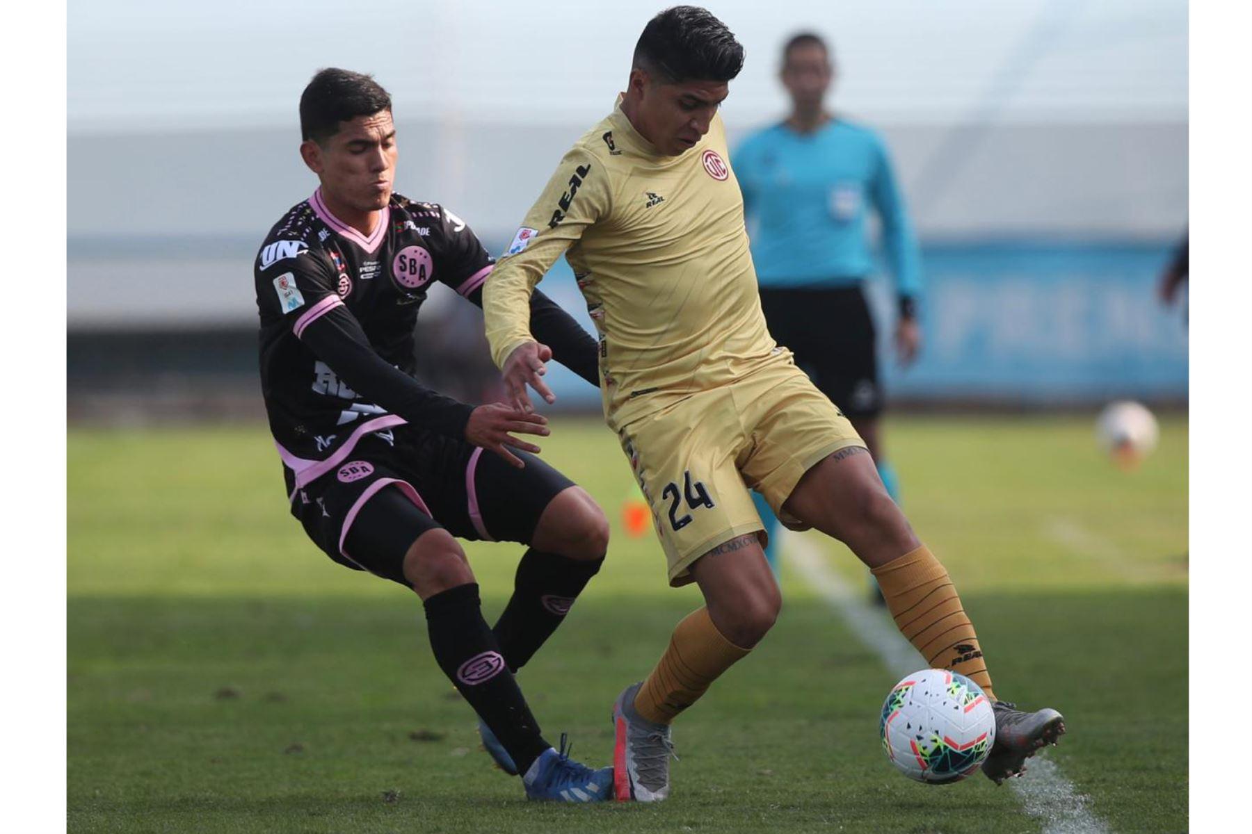 El futbolista L. Iberico del  Club UTC  domina el balón ante la marca de su rival de Sport Boys, por la jornada 10 de la Liga 1, en el estadio Alberto Gallardo.  Foto: LigaFutProf