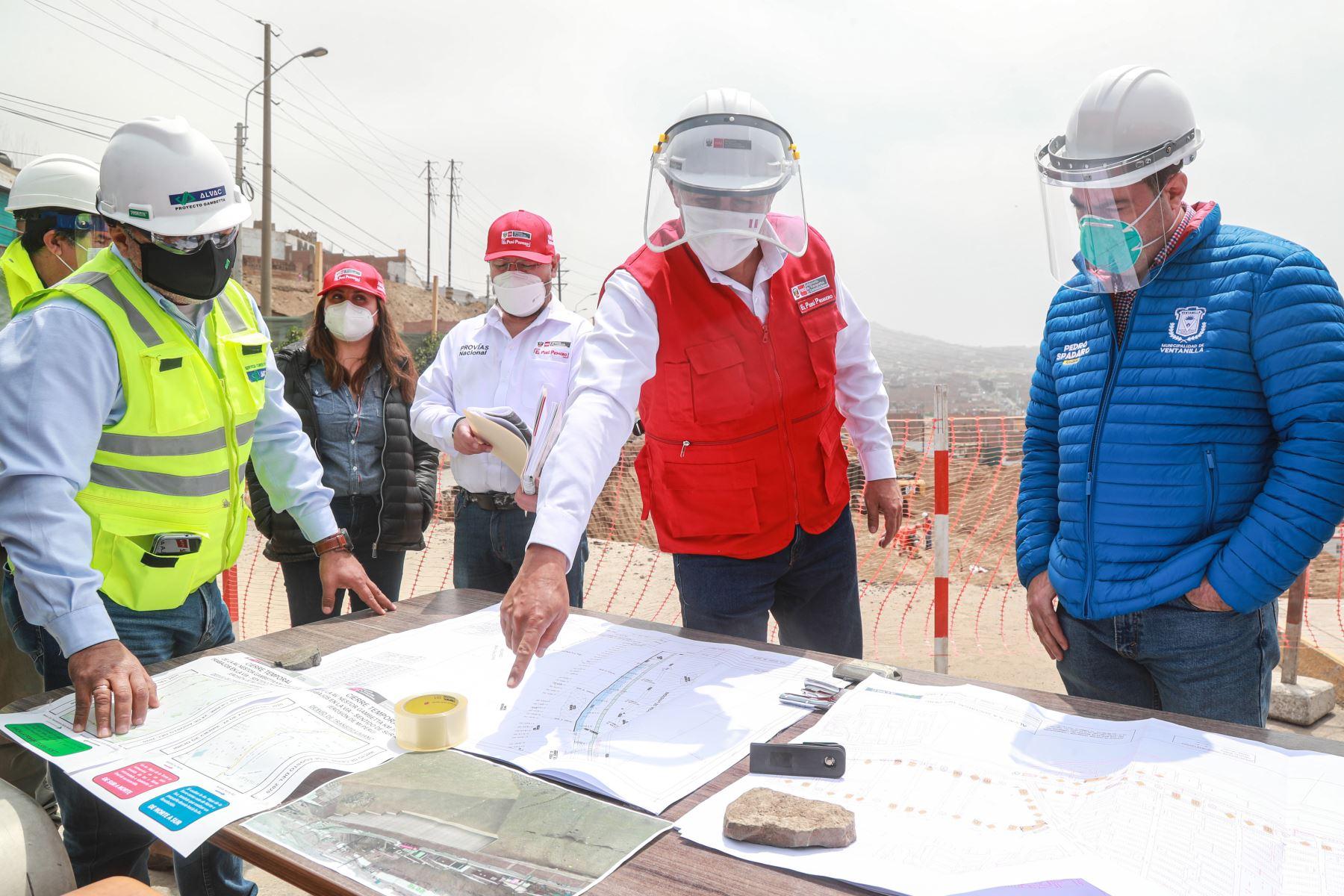 Ministro de Transportes y Comunicaciones, Carlos Estremadoyro (al centro) inspecciona trabajos en la vía Gambetta en el Callao.ANDINA/Difusión