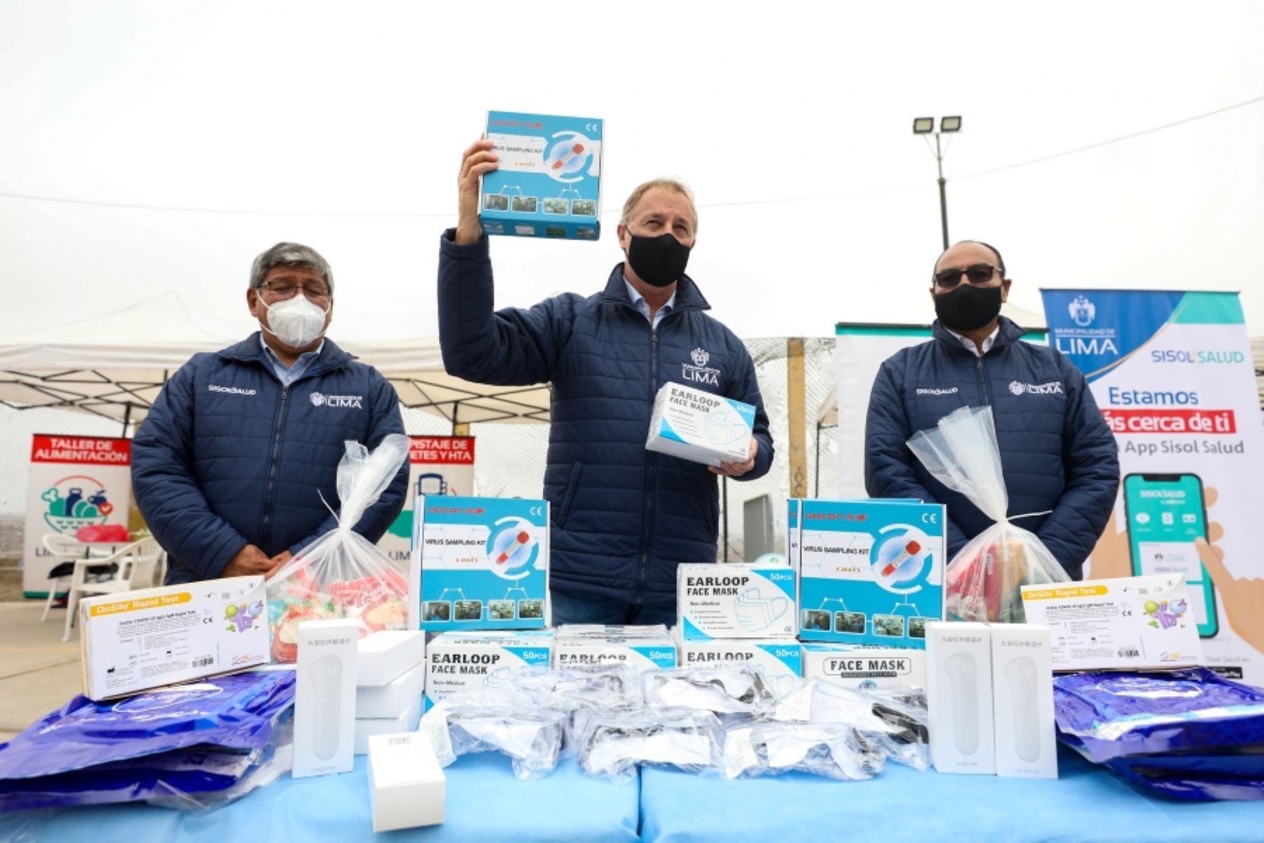 Lima Mayor Jorge Muñoz receives the donation. Photo: ANDINA