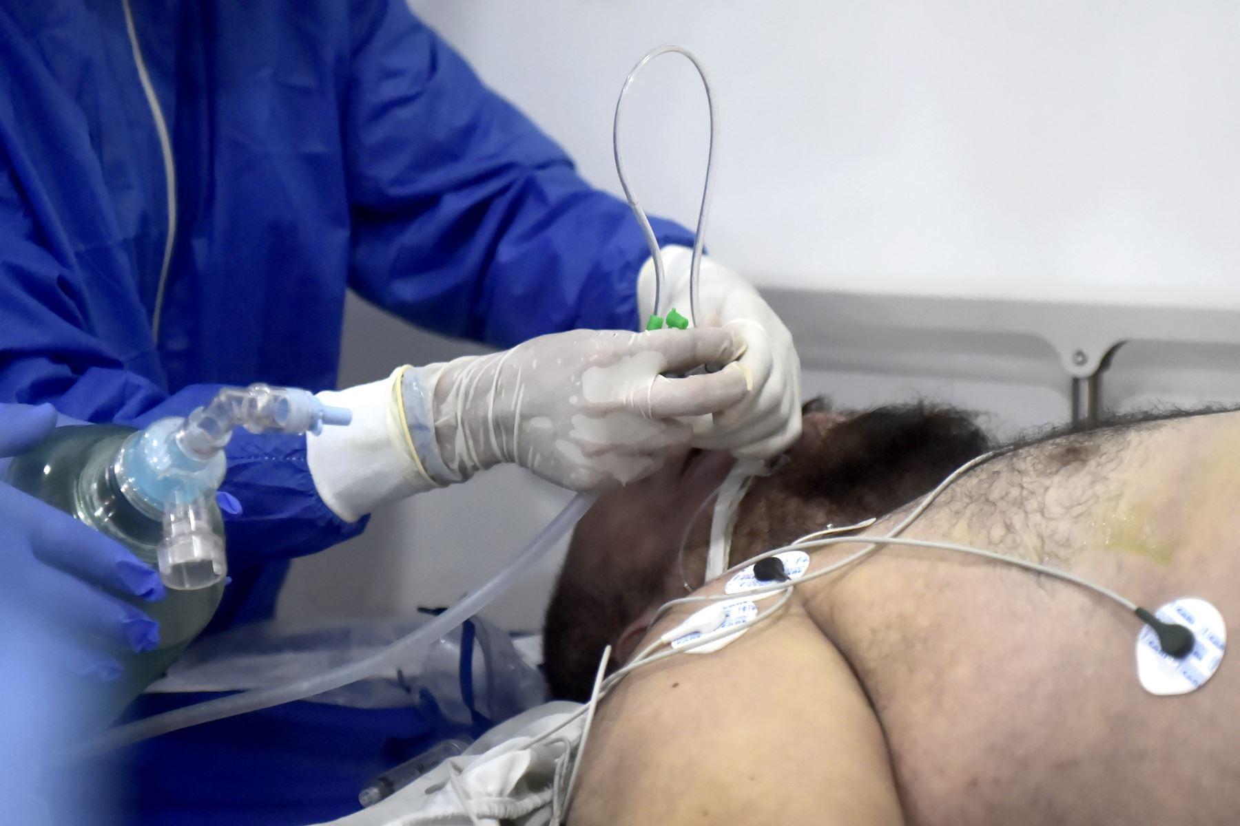 Tener un pulsioxímetro en casa para monitorear la saturación de un paciente covid-19 permite evitar peligrosos cuadros en la salud y además es una herramienta clave para el proceso de recuperación. Foto: AFP.