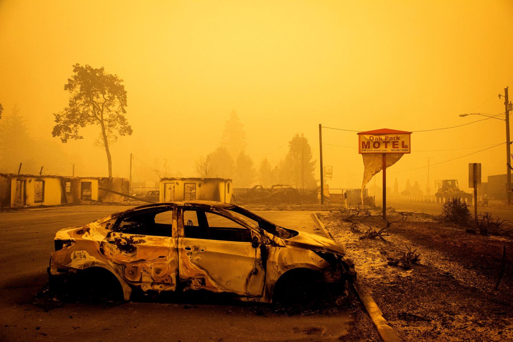 Ante la virulencia de las llamas, los residentes, que en algunos casos se encuentran sumergidos en una espesa niebla anaranjada y respiran un aire cargado de cenizas, suelen verse obligados a huir en pocos minutos. Foto: AFP