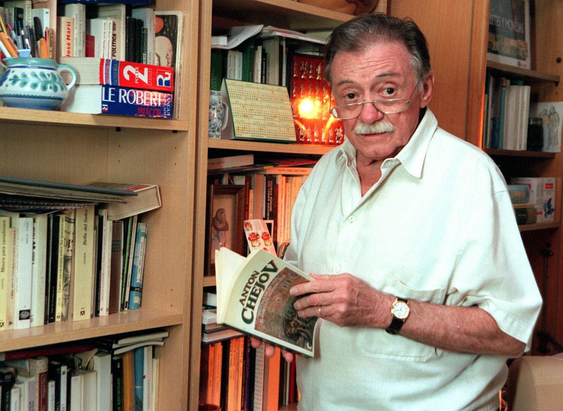 Fotografía de archivo fechada el 31 de mayo de 1999 que muestra al poeta uruguayo Mario Benedetti en su domicilio de Madrid (España). Foto: EFE