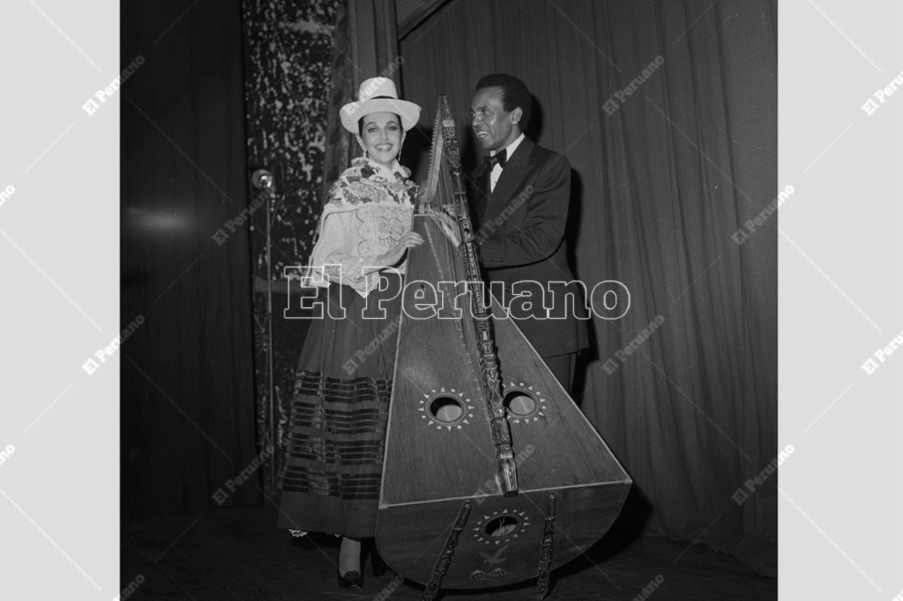 Lima - 2 agosto 1977. Alicia Maguiña y Carlos Hayre durante un recital en el Teatro La Cabaña. Foto: Archivo Histórico de El Peruano / Leoncio Mariscal