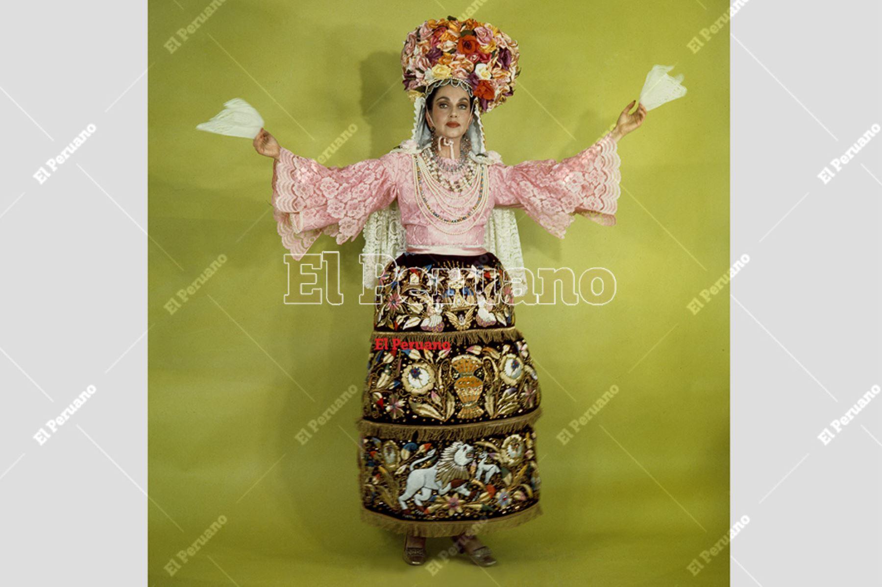 Lima - 1976. La destacada cantante Alicia Maguiña posa para una producción especial del diario La Crónica. Foto: Archivo Histórico de El Peruano