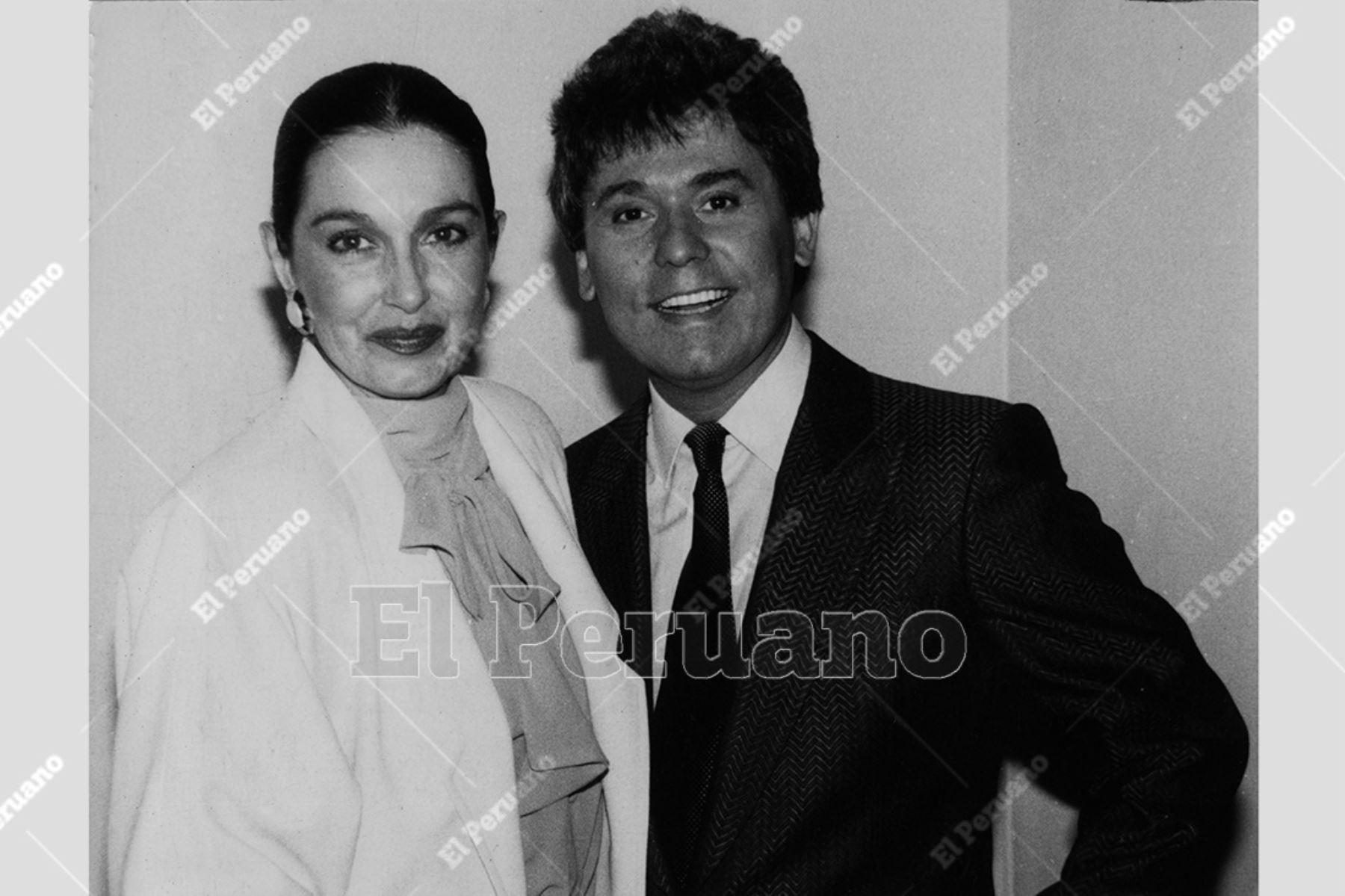 Lima - agosto 1986. Alicia Maguiña y el cantante español Raphael. Foto: Archivo Histórico de El Peruano