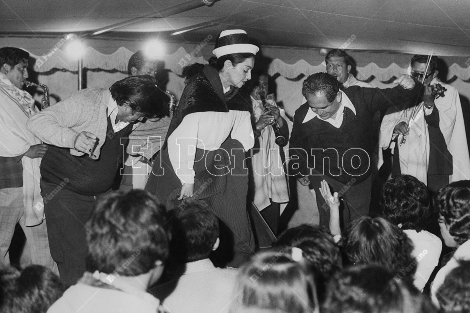 Lima - Década 70. Alicia Maguiña con traje típico del centro del Perú bailando un huayno durante una de sus presentaciones. Foto: Archivo Histórico de El Peruano