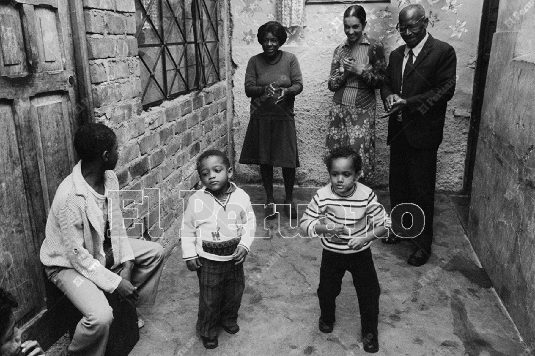 Lima -12 junio 1976. Alicia Maguiña, Augusto Azcuez y la Valentina en el Callejón del Buque. Foto: Archivo Histórico de El Peruano