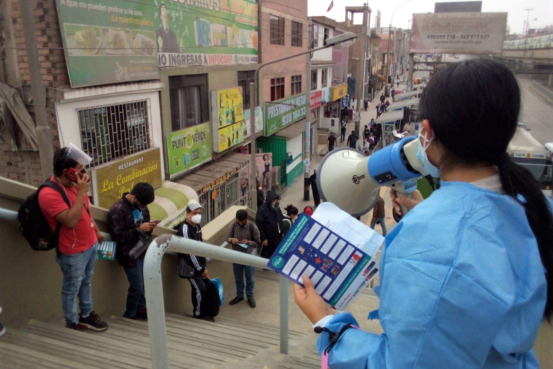 Esta mañana, la DIRIS Lima Sur brindó mensajes educativos a los usuarios de la Línea 1 en la estación Atocongo, para prevenir el contagio del covid-19 en el transporte público, como distanciamiento social y uso correcto de mascarilla y protector facial. Foto: Diris Lima Sur