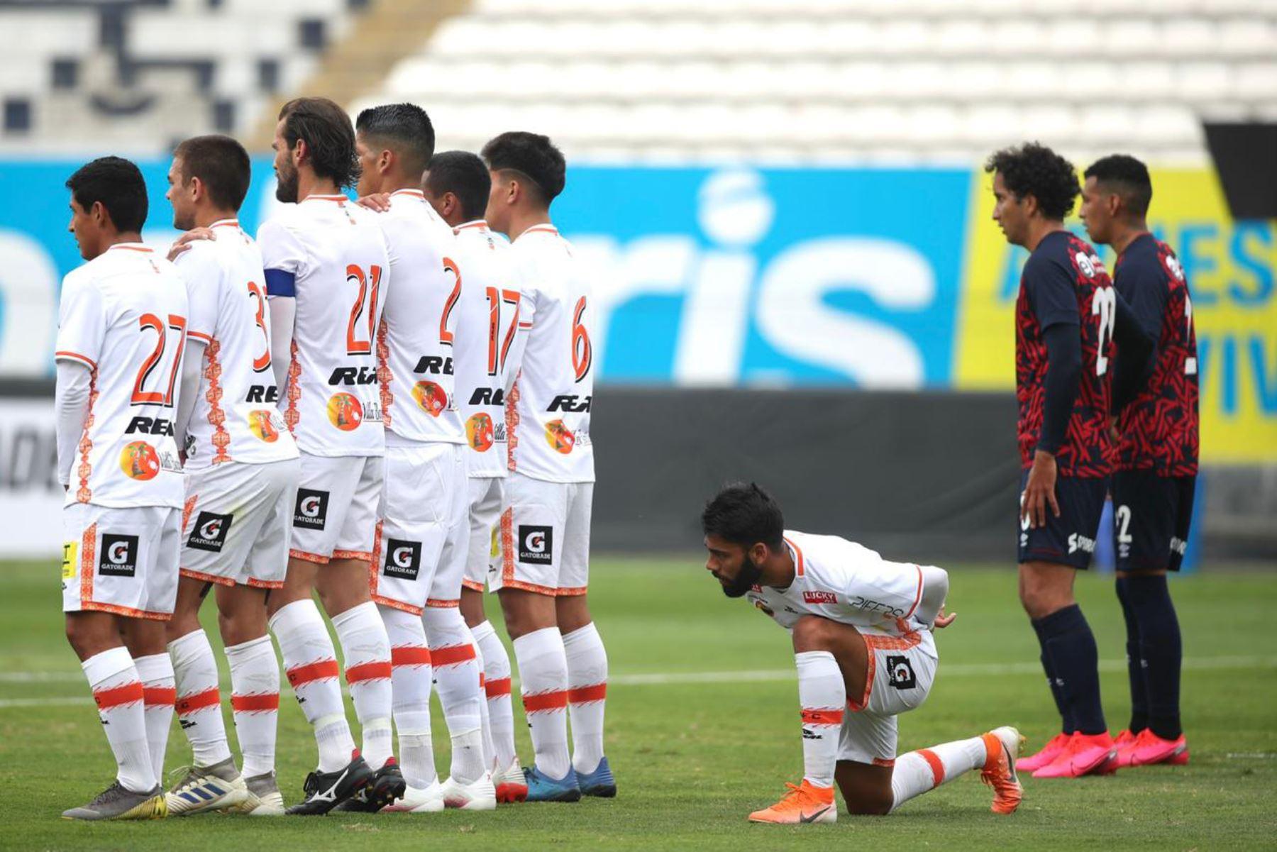 El futbolista Leandro Sosa asegura la barrera de  Ayacucho FC previo al tiro libre de Deportivo Municipal por la jornada 11 de la Liga 1, en el estadio Alejandro Villanueva. Foto: @LigaFutProf