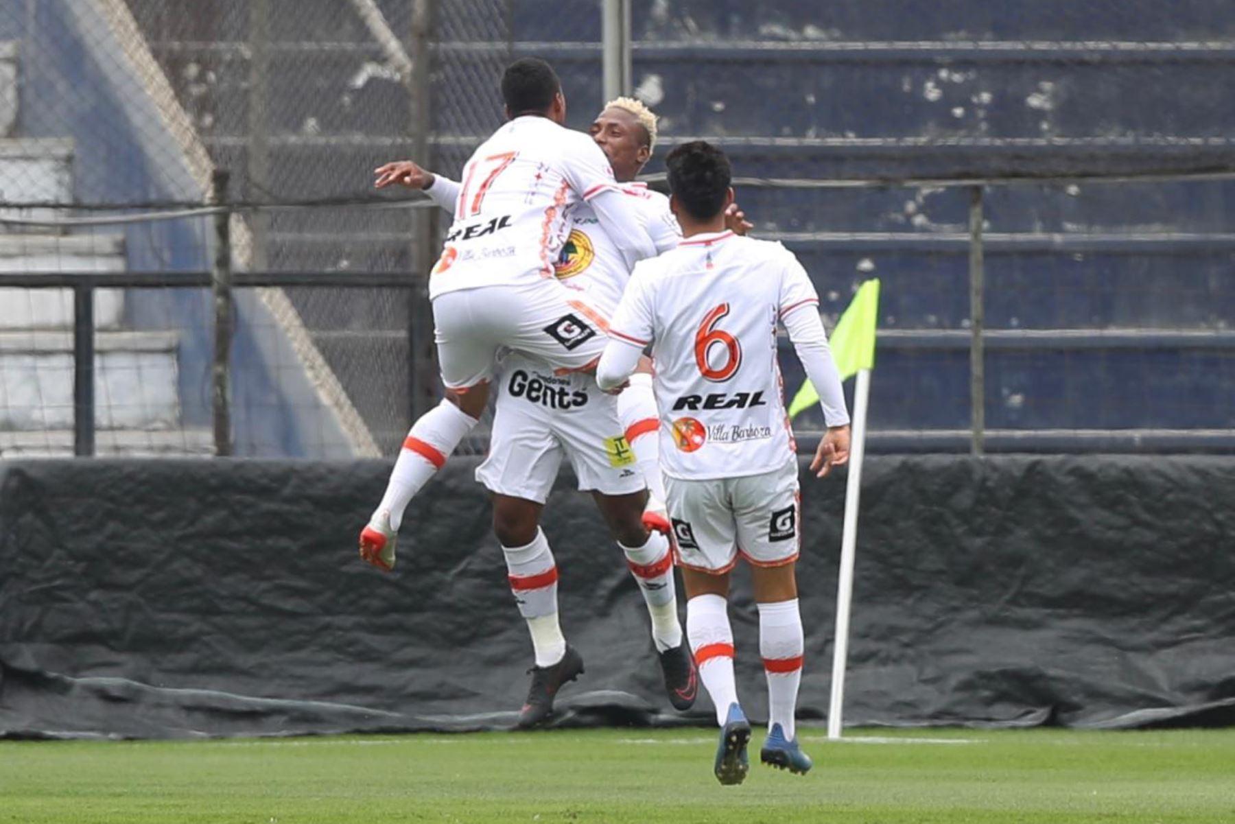 El futbolista Roberto Villamarín de Ayacucho FC celebra tras anotar gol a Deportivo Municipal por la jornada 11 de la Liga 1, en el estadio Alejandro Villanueva. Foto: @LigaFutProf